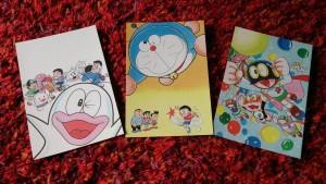 任買兩張票券贈送一組哆啦A夢限量明信片(每組含三張不同款式明信片)